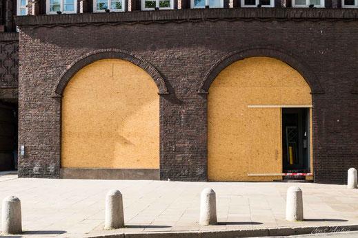 Verbarrikadierte Fenster am Chilehaus