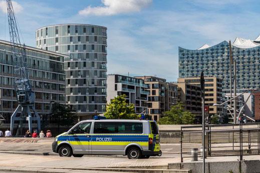 Fahrzeug der Polizei vor den Magellan-Terrassen