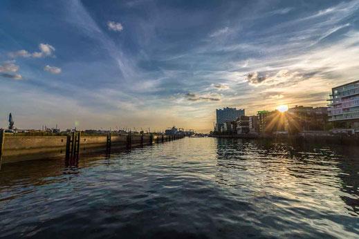 Marco-Polo-Terrassen Hamburg Wasser Sonnenuntergang Gebaeude Architektur