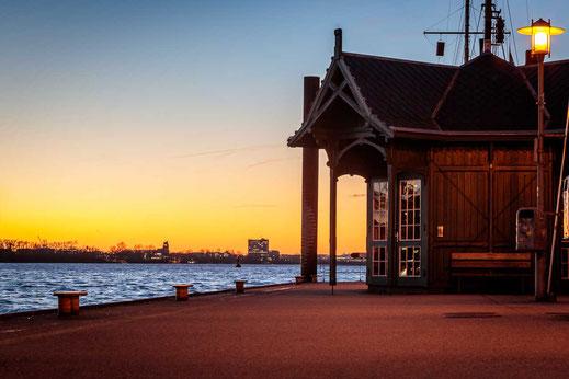 Warten Hamburg Holz Anleger Anleger Faehre Hafen
