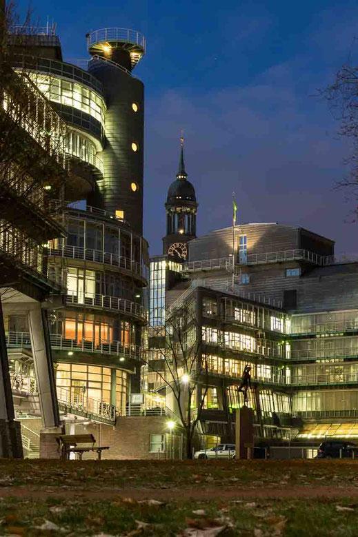 Michel St. Michaelis Kirche Gruner und Jahr Gebaeude Nacht beleuchtet