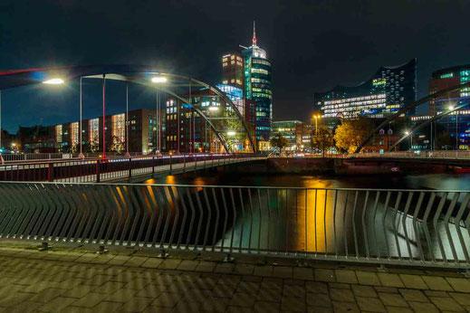 Baumwall Nachtaufnahme Bruecke Hamburg Speicherstadt