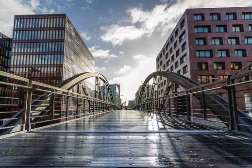 Bruecke Holz Nass Gegenlicht Hafencity Hamburg