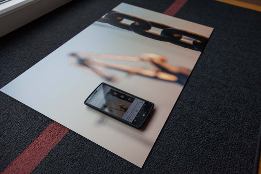 Bild mit Smartphone vor Fenster