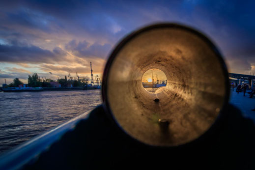 Fernrohr Durchblick Hafen Hamburg Landungsbruecken Sonnenuntergang