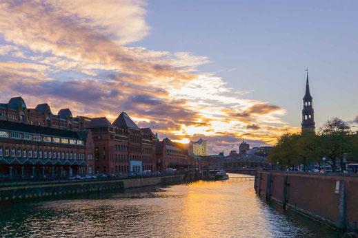 Sonnenuntergang Speicherstadt Wasser Fleet Kirchturm Hamburg