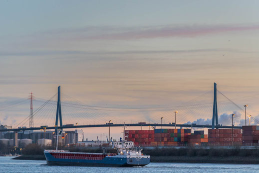 Bruecke Schiff Container Hafen Hamburg Koehlbrandbruecke