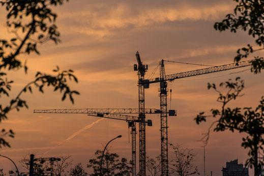 Baukräne in der Hafencity Hamburg bei Sonnenaufgang