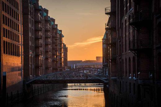 Speicherstadt Fleet Bruecke Sonnenlicht Schatten