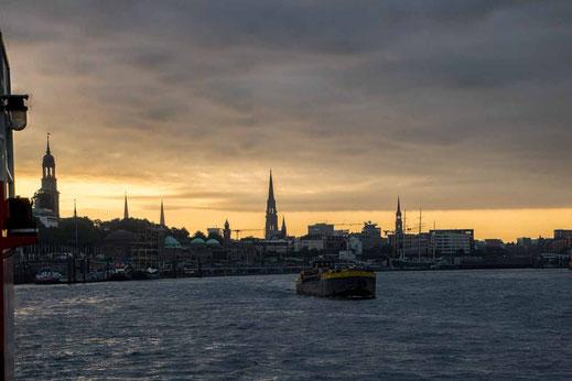 Hamburg Skyline Schiff Binnenschiff elbabwaerts Landungsbruecken Michel Kirchen