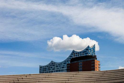 Elbphilharmonie Wolke Hochwasserschutz blauer Himmel