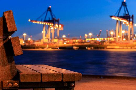 Bank Schiffe Container Verladung Elbe Faehre