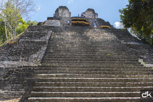 Der steile Aufstieg zur einen Pyramide in Dzibanché