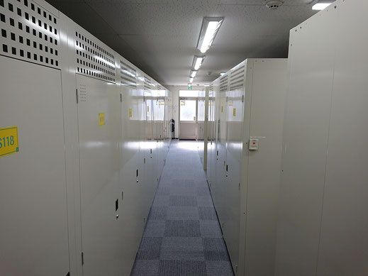 入口付近の収納庫、奥の方の収納庫、それぞれメリットがあります