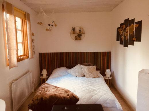 Das kleine Schlafzimmer unten ist im Stil eines Strandzimmers gestaltet und mit einem 1,40m breitem Doppelbett ausgestattet.