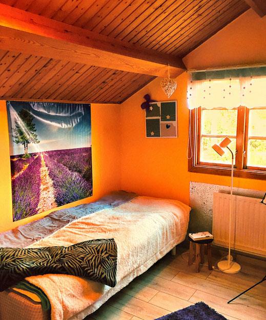 Hier im kleinen Schlafzimmer oben kann eine Person schlafen. Platz ist auch für ein zusätzliches Gästebett!