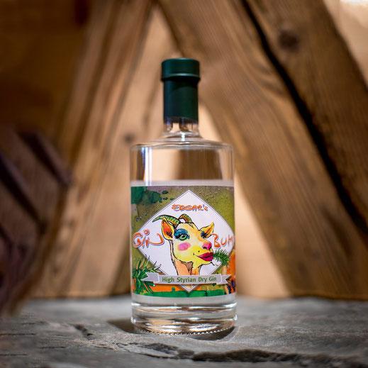 eine flasche dry gin steht auf steinplatte