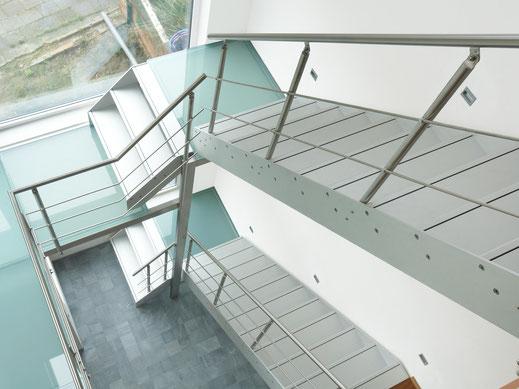 moderne aluminium trap met glazen bordes