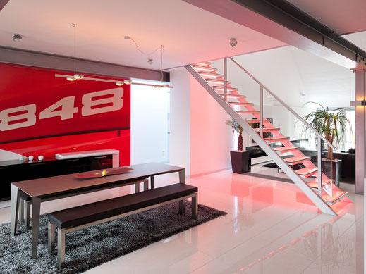 Moderne trap met verlichting