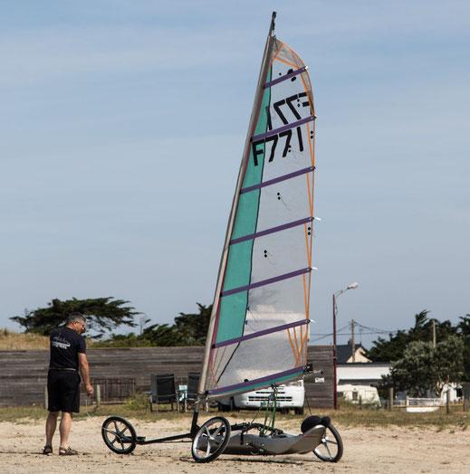 Ein Strandsegler in Bretteville-sur-Ay in der Normandie