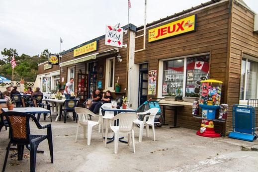 Menschen sitzen auf der Terrasse eines Restaurants in der Normandie