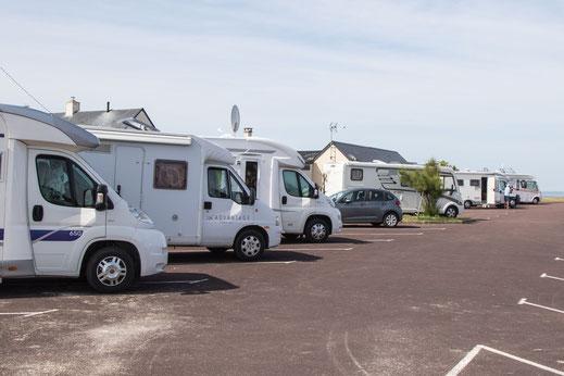 Viele Wohnmobile stehen in Saint-Germain-sur-Ay in der Normandie.