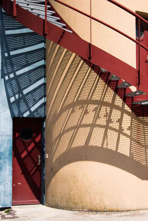 Die Wendeltreppe an der Pegasus-Bridge in der Normandie wirft einen dekorativen Schatten