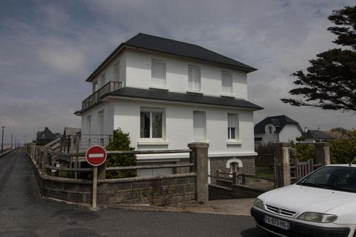 Eine weiße Villa an der Strandpromenade von Hauteville-sur-Mer in der Manche