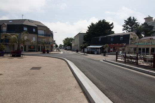 Die Hauptstraße in Saint-Martin-de-Bréhal in der Normandie