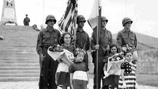 Die erste Zermonie zu Ehren der Alliierten Truppen in der Normandie, Utah-Beach 1945