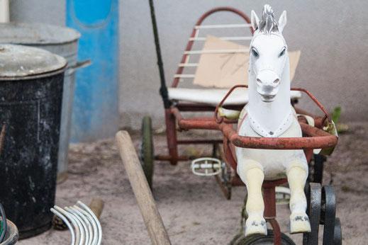 Ein Schaukelpferd auf dem Flohmarkt in Pirou in der Basse-Normandie