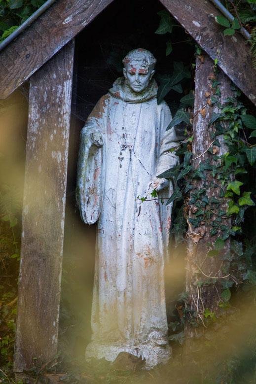 Heiligenstatue an der Fontaine de St. Ortaire auf dem Cotentin in der Normandie