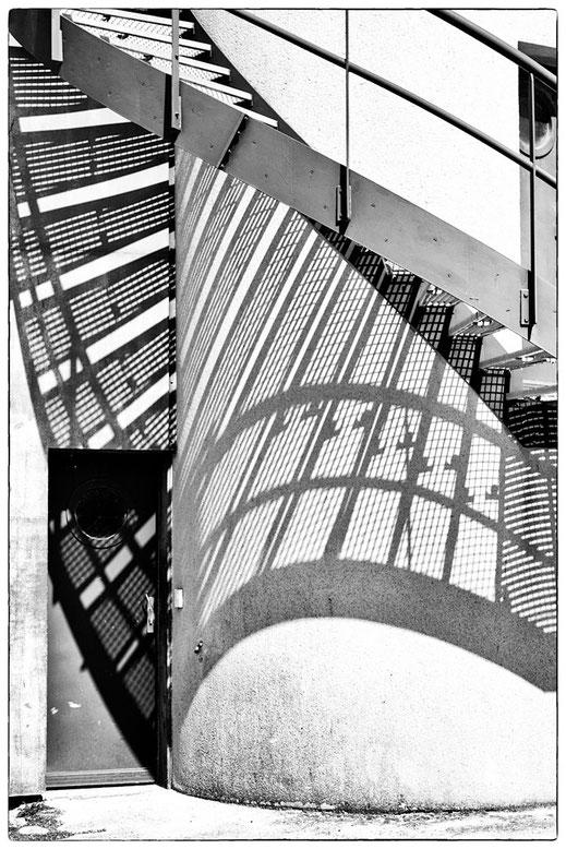 Schatten der Wendeltreppe an der Pegasus-Bridge in der Normandie, Version in schwarz-weiß