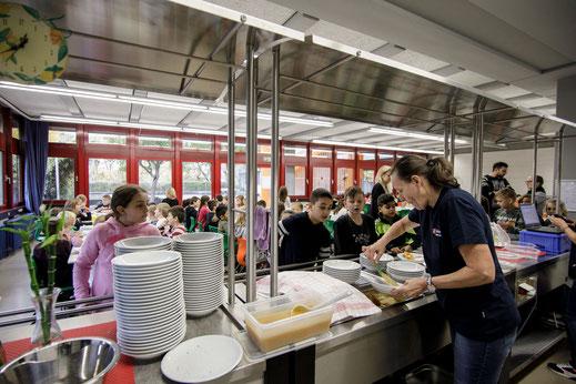 Das Mittagsband an der Steinenbergschule mit Essen in der Mensa