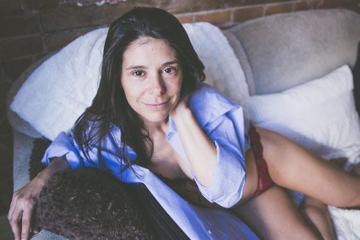 Photo boudoir glamour sexy femme blanche sans maquillage sous-vêtements rouge chemise bleu sur canapé sofa Montréal par Marie Deschene photographe