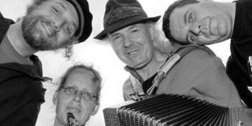 Die UKW Band: Ulrich Wendt, Anne Wiemann, Arne Theophil und Yogi Jockusch. Sie gucken von oben in die Kamera.