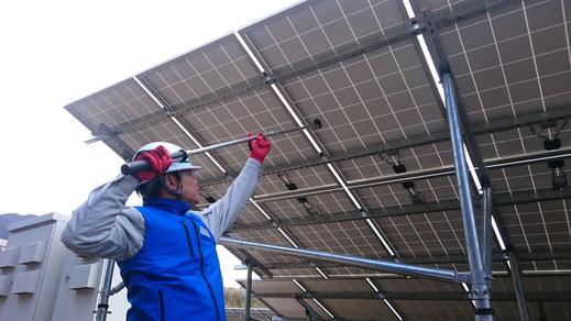 太陽光発電所 点検 パネル裏面から