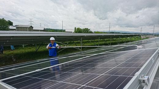 太陽光発電所 点検 スーパーロング延長棒使用