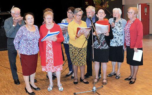 Des chanteuses, des chanteurs et la chorale d'Argentré pour égayer le repas