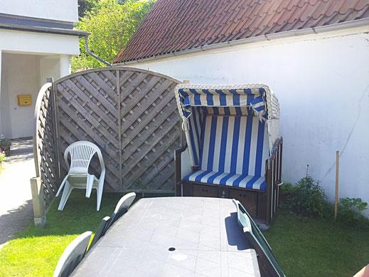 die Sitzecke mit Grill und Strandkorb befindet sich direkt an der Wohnung