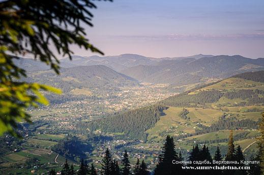 Верховина. Вид з південного схилу хребта Кострича. Сонячна садиба - відпочичнок в Карпатах.