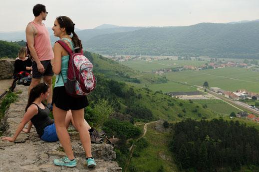 kleine Rast auf historischen Gemäuern der Ruine Dürnstein, um die Aussicht zu genießen