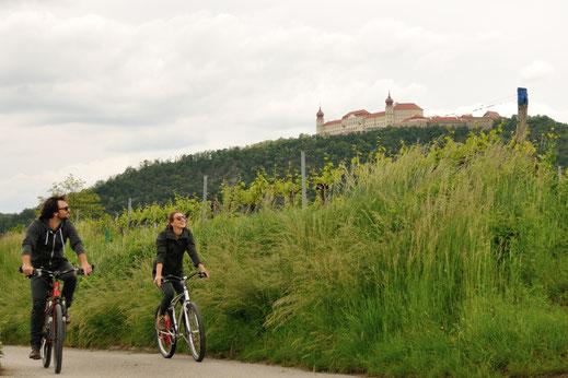 Durch den Zellergraben in Furth, vorbei an hohen Lösswänden wird die Sicht frei auf das Stift Göttweig