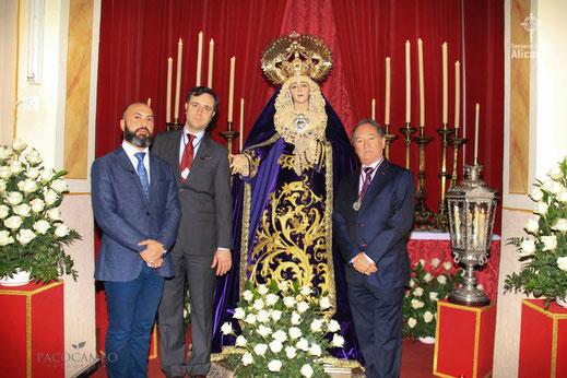 José María Leal, José Espadero y Óscar Climent, junto a la Virgen