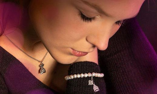 Unsere Catharina trägt ein zartes Perlarmband mit passender Kette