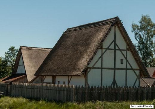 Rekonstruktion eines mittelalterlichen Dorfes mit Schutzanlage in Deutschland: Solche Fachwerkhäuser, mit Stroh oder Schilf gedeckt, waren auch bei uns verbreitet
