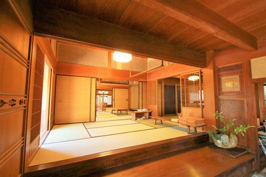 (Ruang duduk sebelah selatan terlihat dari genkan. Sebuah penataan yang indah dengan pilar di salah satu sisi sudut, dan pijakan di pintu masuk ala Jepang yang terbuat dari selembar kayu zelkova. )