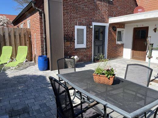 neue Terrasse (2021) mit Gartenmöbel, Grill und Liegen
