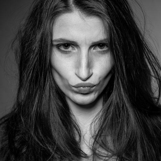 Frau studio schwarzweiss