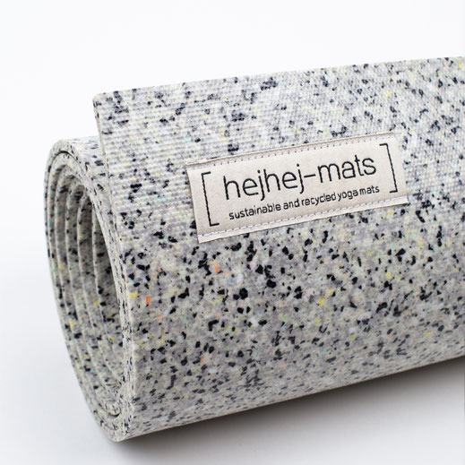 the unique pattern of the rather light hejhej-mat is very visbile with its peachy and lemon sprinkles!